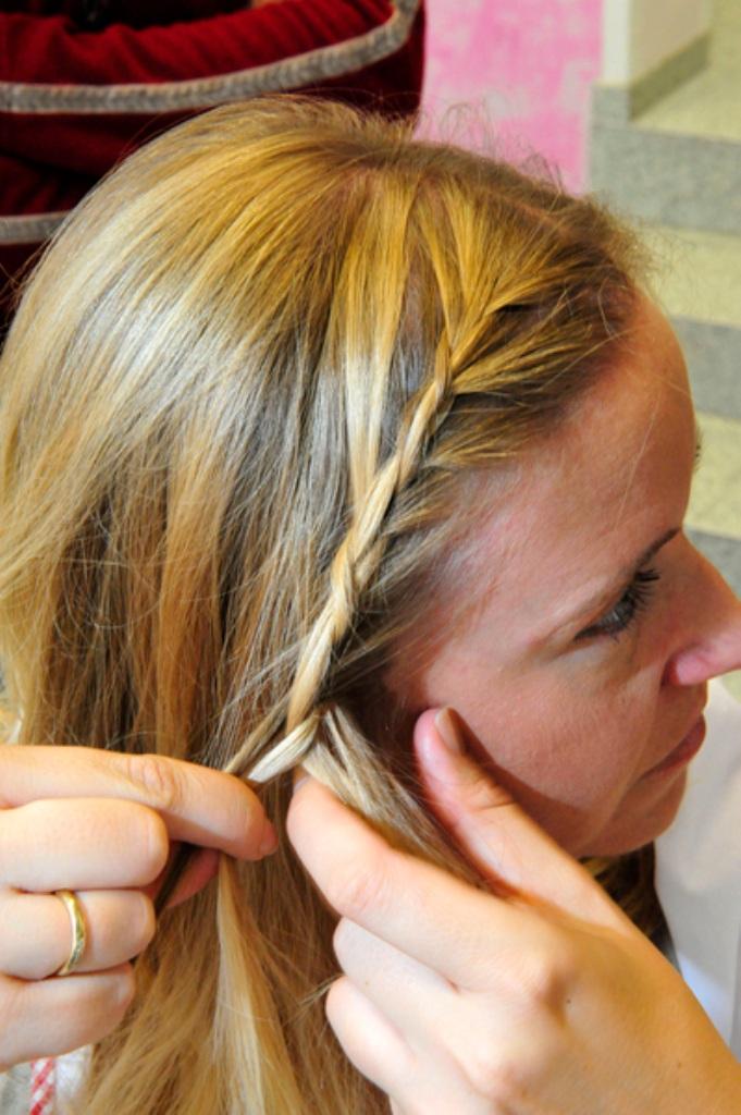 Flechten rollen und Blümchen ins Haar